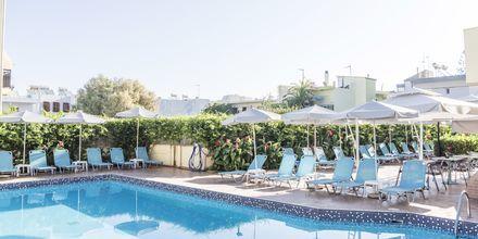 Poolområdet på hotell Melmar i Rethymnon stad på Kreta, Grekland.
