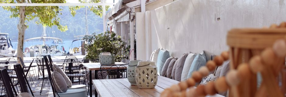 Frukostserveringen på hotell Meltemi i Skiathos Stad, Grekland.