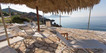 Stranden på hotell Mikros Paradisos i Sivota.