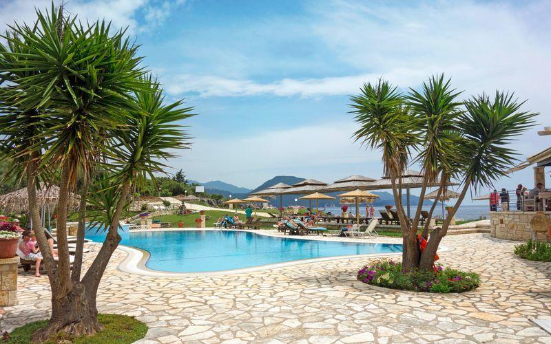Poolområde på hotell Mikros Paradisos i Sivota.