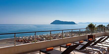 Solterrass på hotell Minoa Palace Resort & Spa i Platanias på Kreta, Grekland.