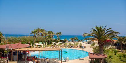 Poolområde på hotell Minos Mare i Rethymnon på Kreta, Grekland.