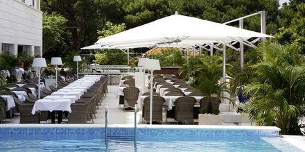 Poolen och restaurangen på hotell Miramare i Makarska, Kroatien.