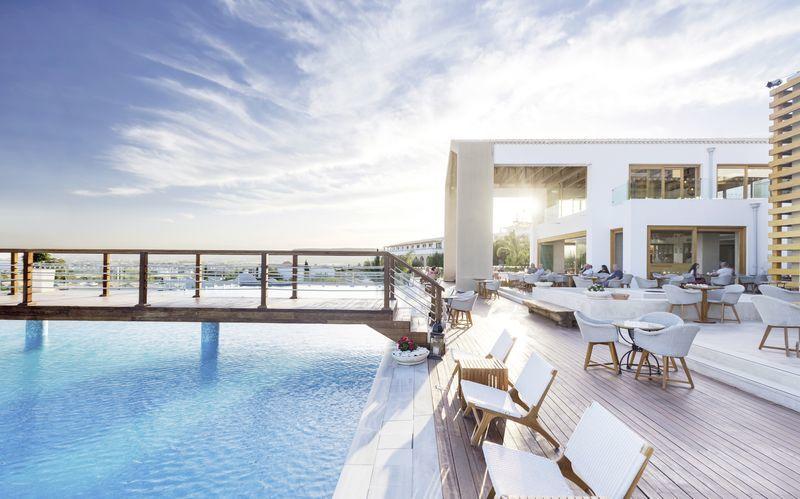 Poolområdet på hotell Mitsis Blue Domes Resort & Spa på Kos, Grekland.