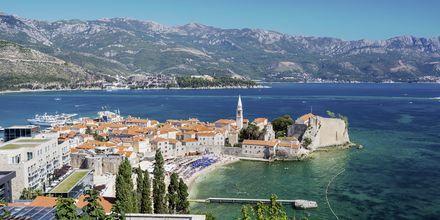 Vy över den gamla delen av Budva stad, Montenegro.