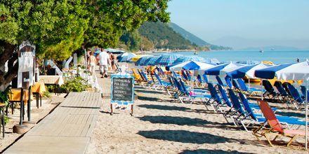 Njut av lugna dagar i solstolen i Moraitika på Korfu, Grekland.