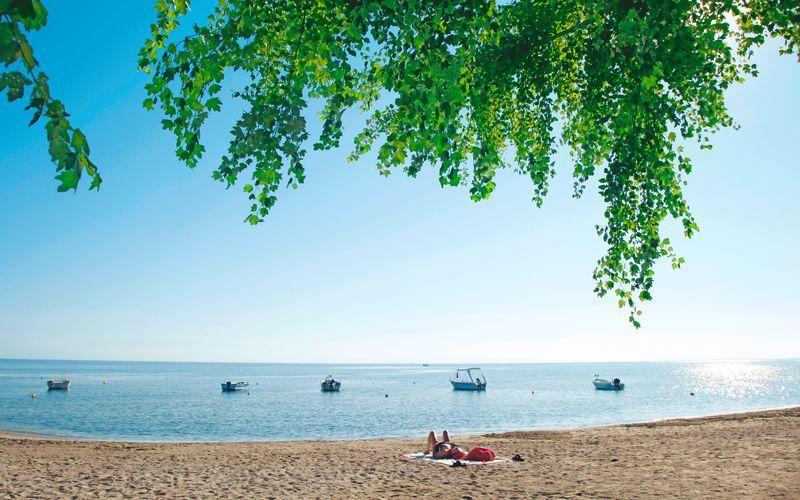 Strand i Moraitika på Korfu, Grekland.
