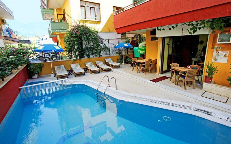 Poolområdet på hotell Musti i Alanya, Turkiet.