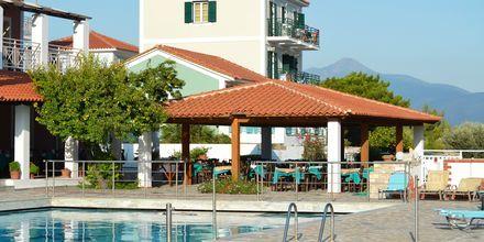 Poolområdet på hotell Mykali i Pythagorion på Samos, Grekland.