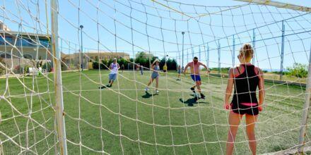 Fotbollsplan med havsutsikt på hotell Mythos Beach Resort i Afandou, Rhodos.