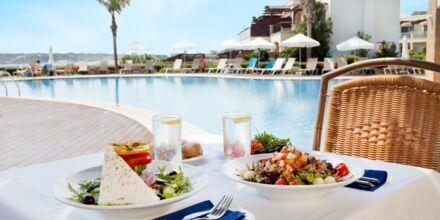 Lunch i à la carte-restaurangen vid relaxpoolen på hotell Mythos Beach Resort i Afandou, Rhodos.