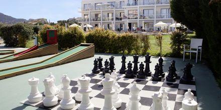 Schack och minigolf på hotell Mythos Beach Resort i Afandou, Rhodos.
