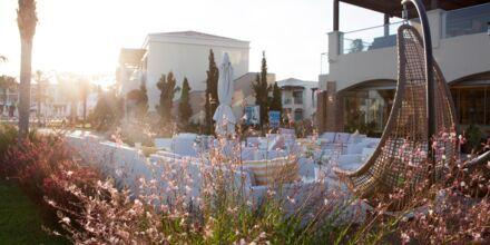 Relaxpoolen och à la carte-restaurangen på hotell Mythos Beach Resort i Afandou, Rhodos.