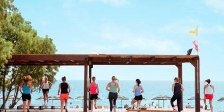 Träning på plattformen precis vid havet på hotell Mythos Beach Resort i Afandou, Rhodos.