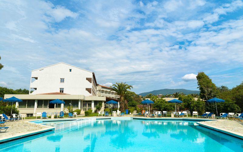 Poolområdet på hotell Livadi Nafsika i Dassia på Korfu, Grekland.