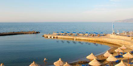 Stranden i solnedgång på hotell Nana Golden Beach i Hersonissos på Kreta, Grekland.