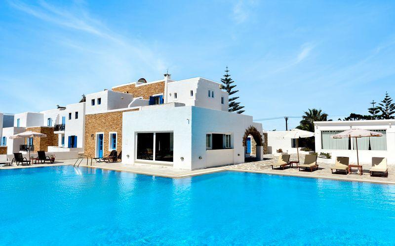 Poolområde på hotell Naxos Holidays i Naxos stad, Grekland.