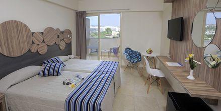Dubbelrum på hotell Nelia Beach i Ayia Napa, Cypern.