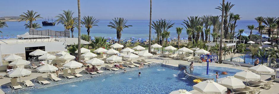 Poolområdet på hotell Nelia Beach i Ayia Napa, Cypern.