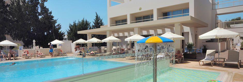 Poolområde på hotell Nelia Gardens, Ayia Napa.