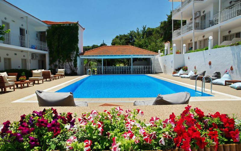 Poolområde på hotell Nereides på Alonissos, Grekland.