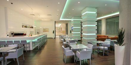 Lobbybaren på hotell Nestor i Ayia Napa, Cypern.