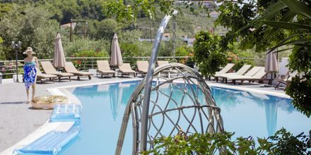 Poolområde på hotell Nicholas i Megali Ammos på Skiathos.