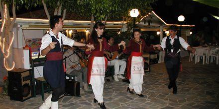 Traditionell dans på hotell Nikolas Villas vid Hersonissos på Kreta.