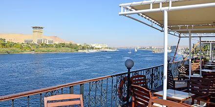 Ta en god lunch i solskenet medan du lugn flyter fram över Nilen.