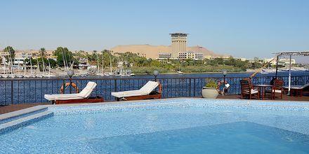 Njut av de vackra vyerna över Nilen direkt från poolen.