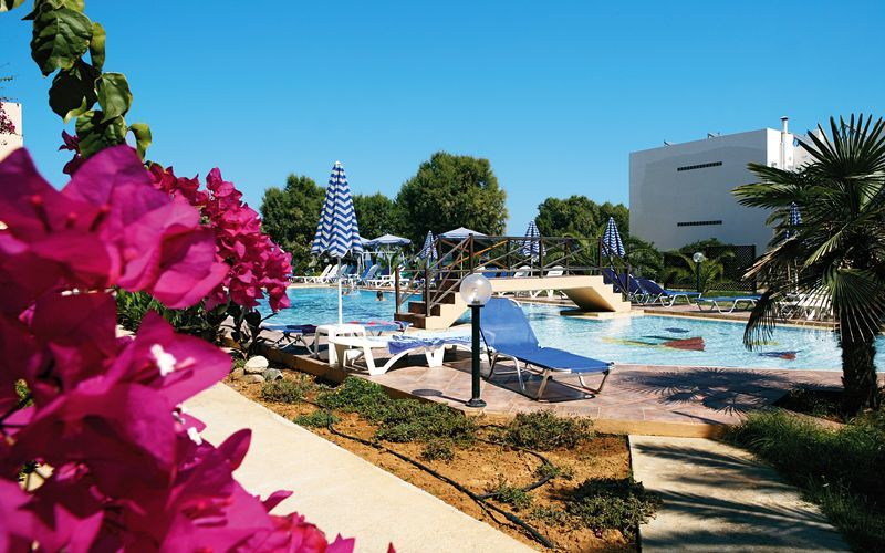 Poolområdet på hotell Ninemia Beach i Agia Marina, Kreta.