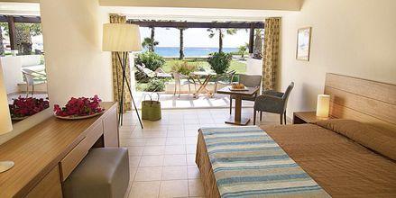 Dubbelrum i bungalow med havsutsikt på hotell Nissi Beach i Ayia Napa, Cypern.