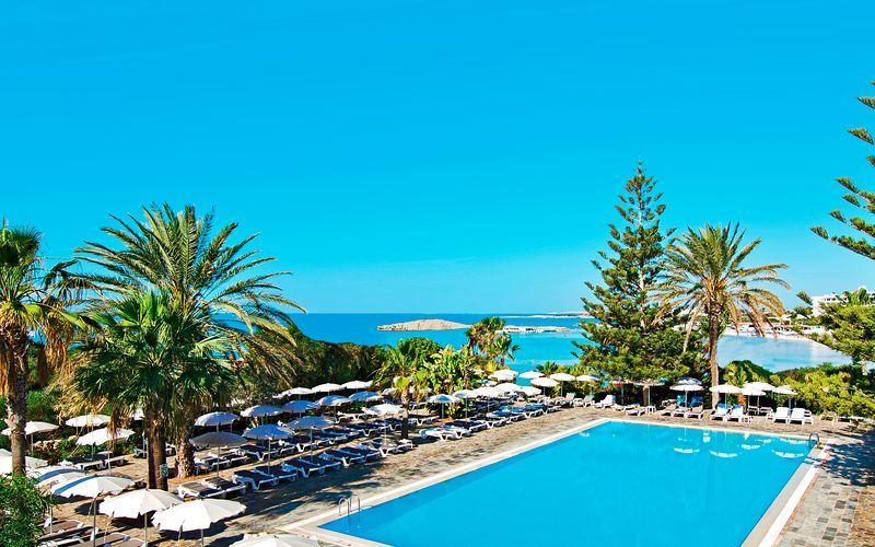 Poolområdet vid hotell Nissi Beach i Ayia Napa, Cypern.