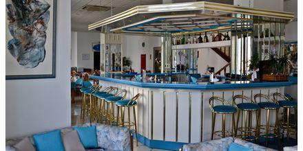 Bar på hotell Oceanis i Karpathos stad, Grekland.