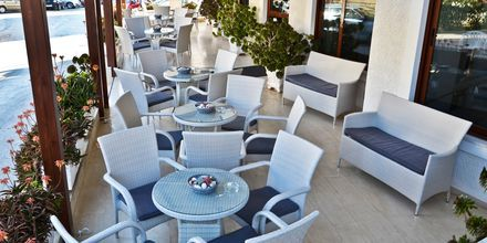 Frukostservering på hotell Oceanis i Karpathos stad, Grekland.