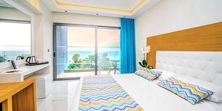 Dubbelrum med havsutsikt på hotell Oceanis Park i Ixia på Rhodos, Grekland.
