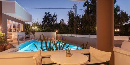 Poolområdet på hotell Okeanis II på Kreta, Grekland.