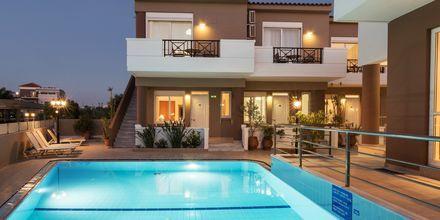 Poolområde på hotell Okeanis II på Kreta, Grekland.