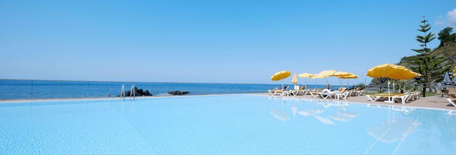 Poolområde på hotell Orca Praia i Funchal, Madeira.