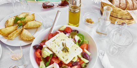 Njut av grekisk mat på semestern.