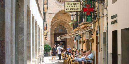 Uteservering på restaurang i Palma stad.