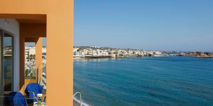 Havsutsikt från superiorrum på hotell Palmera Beach & Spa på Kreta, Grekland.