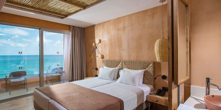 Superiorrum med havsutsikt på hotell Palmera Beach & Spa på Kreta, Grekland.