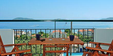 Balkong med havsutsikt  till enrumslägenhet på hotell Palmyra Studios på Skiathos.
