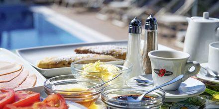 Frukost vid poolen hotell Panorama i Parga, Grekland.