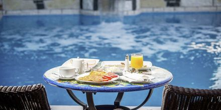 Frukost vid poolen på hotell Panorama i Parga, Grekland.