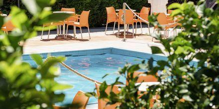 Pool på hotell Paradise Ammoudia, Grekland.