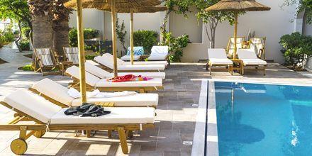 Poolområde på hotell Parasol i Karpathos stad, Grekland.