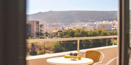 Balkong på hotell Parasol i Karpathos stad, Grekland.