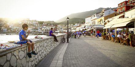 Hamnpromenaden i Parga, Grekland.